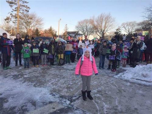 Hàng trăm người đón cô bé Mỹ mắc ung thư trở lại trường
