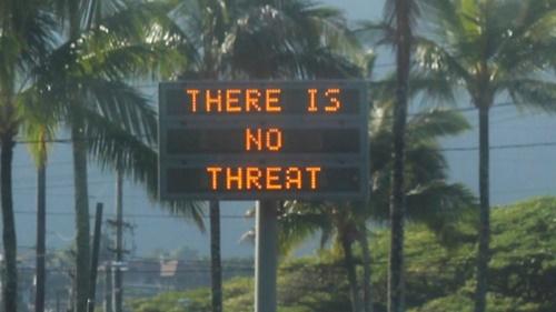 Bảng điện tử chạy dòng chữ Không có mối đe dọa nào ở Hawaii hôm 13/1 sau khi người dân nhận được báo động tên lửa giả. Ảnh: CBC.