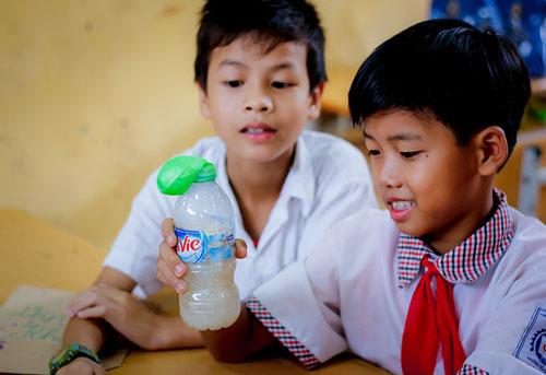 Học sinh quan sát hoạt động của men nở - loại vi sinh vật quen thuộc ăn đường và sản sinh ra khí cacbonic.