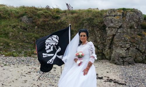 Bà Amanda và lá cờ tượng trưng chú rể hồn ma Jack. Ảnh: Triangle News.