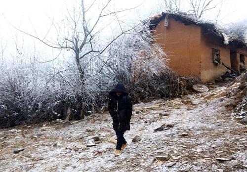 Nhà tranh vách đất nơi Fuman sống cùng bà nội và chị gái. Ảnh: AFP.