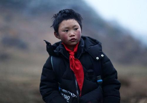 Fuman, cậu bé đại diện cho hàng triệu trẻ em nghèo vùng nông thôn Trung Quốc. Ảnh: AFP.