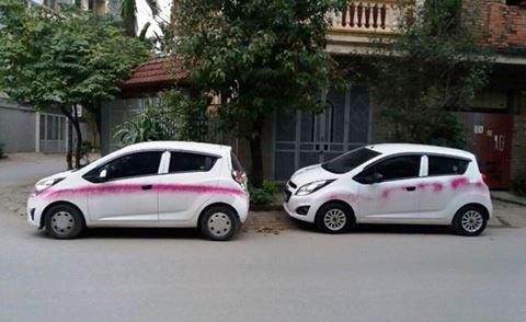 Hàng loạt ôtô bị phun sơn khi đỗ ven đường. Ảnh: Tiền Phong