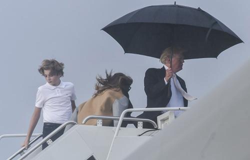 Bà Melania và con trai Barron đi lên máy bay ngay sau ông Trump.