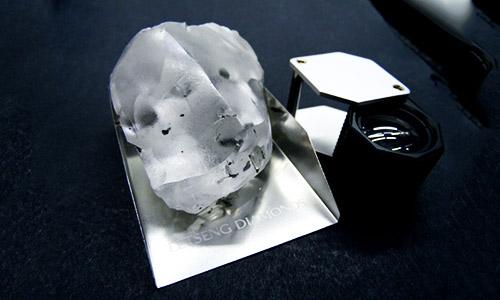 Tìm thấy viên kim cương 910 carat ở châu Phi