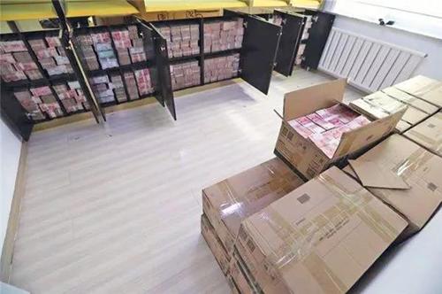 Cảnh sát Trung Quốc đã làm hỏng ba máy đếm tiền khi tịch thu số tiền trong hai căn hộ ở tỉnh Cát Lâm. Ảnh: CCTV.
