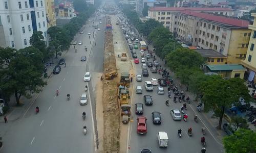 Xén giải phân cách đường Nguyễn Chí Thanh giảm ùn tắc