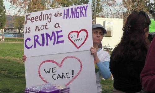 9 người Mỹ phải hầu tòa vì tặng thức ăn cho người vô gia cư