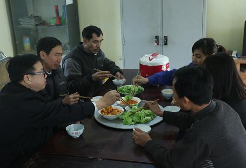 Bữa cơm trưa (ngày 11/1) của người lao động cụm thuỷ nông số 4, xí nghiệp đầu tư phát triển thuỷ lợi Đan Hoài. Ảnh: Võ Hải.