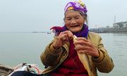 Cụ bà 75 tuổi câu cá ở biển để mưu sinh