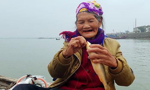 Cụ bà 75 tuổi câu cá mưu sinh giữa biển