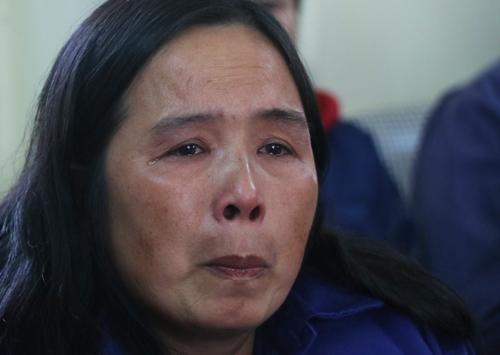Chị Nguyễn Kim Thành nghẹn lời khi nói về những khó khăn đang phải trải qua do không được trảđủ lương. Ảnh:Võ Hải.