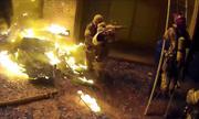 Tòa nhà bốc cháy, phụ huynh Mỹ tung con xuống từ tầng ba