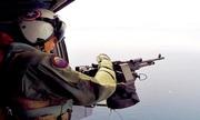 Xạ thủ súng máy trực thăng Mỹ bắn hạ UAV trên biển