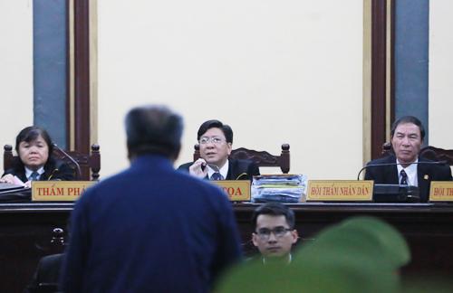 Ông Danh trả lời thẩm vấn. Ảnh: Quỳnh Trần.