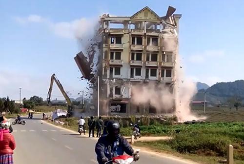 Tòa nhà Tàng KeangNam bị phá dỡ. Ảnh: Cắt từ video.
