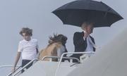 Trump che ô một mình, Melania và con trai đội mưa