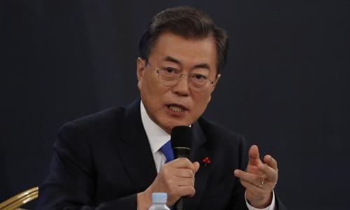 Tổng thống Hàn Quốc Moon Jae-in tại cuộc họp báo ngày 10/1. Ảnh: AFP.