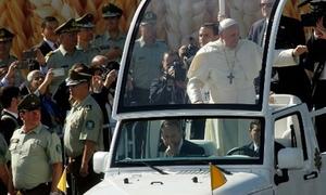 Giáo hoàng bị ném khăn trúng mặt tại Chile