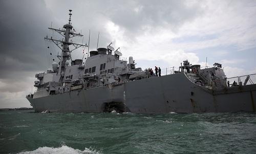 Lỗ thủng trên vỏ tàu USS John S. McCain. Ảnh: CNN.
