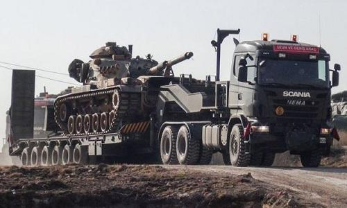 Xe tăng Thổ Nhĩ Kỳ đang được vận chuyển đến biên giới giáp Syria. Ảnh: AFP.