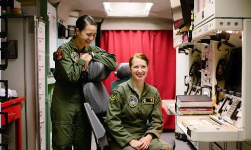 Hai nữ quân nhân phụ trách phóng tên lửa Mỹ trong buồng làm việc tại căn cứ. Ảnh: Twitter.
