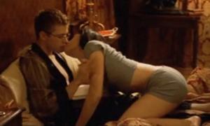 Người đẹp bị đẩy xuống giường vì cố hôn chàng trai