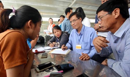 Công nhân khu công nghiệp ở Quảng Nam đình công về cách tính lương. Ảnh: Đắc Thành