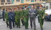 Cảnh sát áp giải các bị cáo rời 'phiên tòa ông Đinh La Thăng'