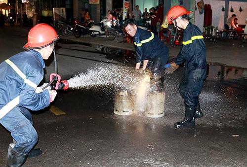 Hàng chục người tháo chạy khi bình gas nhà hàng phát nổ