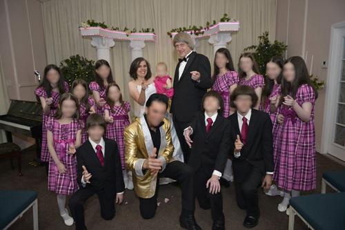 Gia đình nhà Turpin trong đám cưới lại của vợ chồng David và Louise Turpin tại nhà thờ ở Las Vegas, Mỹ. Ảnh:Elvis Chapel.