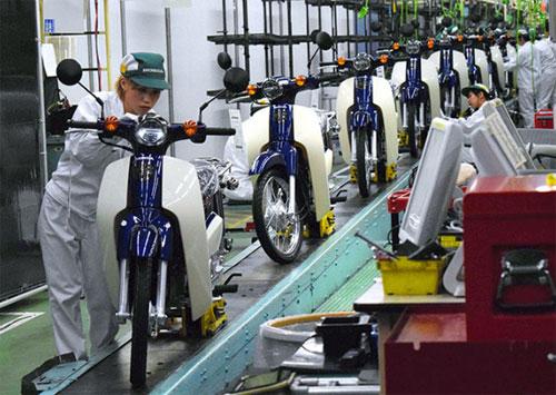 Xe bán ra tại Thái Lan được nhập khẩu từ Nhật Bản. Trong ảnh là dây chuyền sản xuất Super Cub phiên bản mới tại nhà máy của Honda ởKumamoto, Nhật. Ảnh: Asahi.