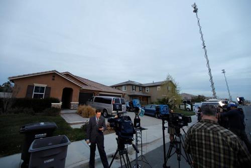 Báo chí đứng trước cửa nhà Turpin vào ngày 15/1. Ảnh: Reuters.