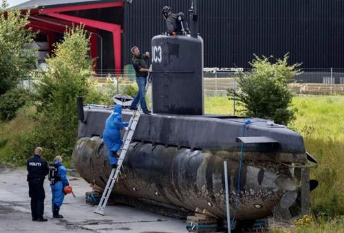 Cảnh sát lên tàu ngầm của Madsen ở cảng Copenhagen ngày 13/8/2017. Ảnh: AP.