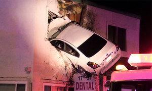 Ôtô đâm xuyên tầng hai nhà bên đường