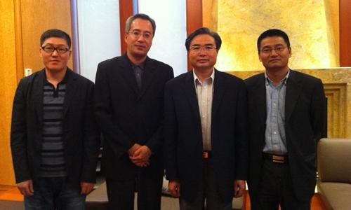 Lý Đông Triết (ngoài cùng bên trái) chụp ảnh với cảnh sát và tổng lãnh sự Trung Quốc ở Canada. Ảnh:Douglas Cannon.
