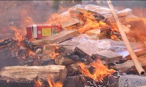 Tưới xăng đốt hủy 260 bánh heroin
