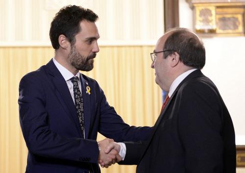 Chủ tịch nghị viện Catalonia Roger Torrent (trái) gặp các lãnh đạo đảng phái. Ảnh: AFP.