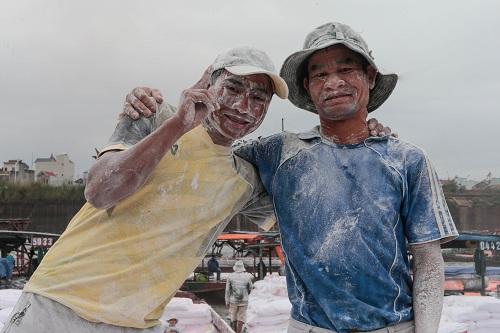 Hai công nhân Việt tại cảng biên mậu Đông Hưng. Ảnh: Zjol.