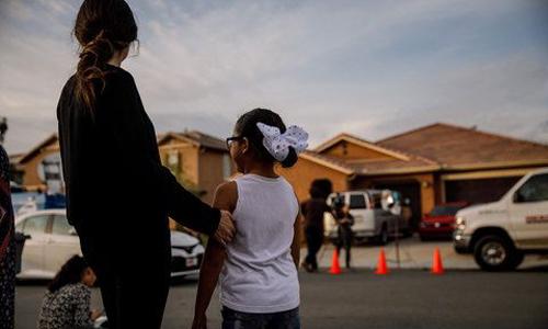 Hàng xóm đứng trước ngôi nhà của gia đình Turpin. Ảnh: Los Angeles Times.
