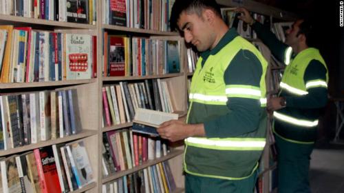 Những cuốn sách được lao công thu thập từ đống rác. Ảnh: Cankaya Municipality News Center