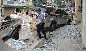 Ôtô Fortuner sụp hố ga trên vỉa hè Sài Gòn