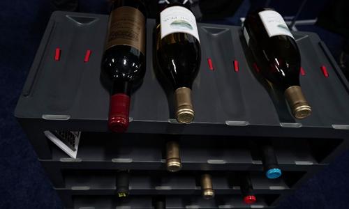 Rượu vang đặt trên kệ. Ảnh: AFP.