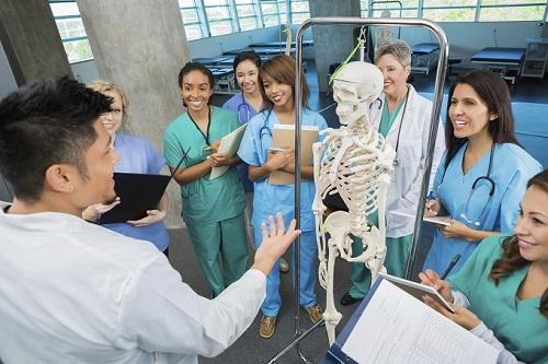 Nhiều trường y khoa có tỷ lệ sinh viên trên nhân viên thấp. Ảnh minh họa: US News & World Report