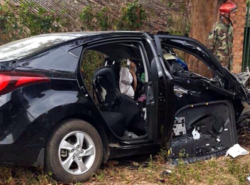 Xe 5 chỗ hư hỏng nặng sau có tông xe tải. Ảnh: Quốc Thịnh.