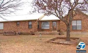 Ngôi nhà cũ nhếch nhác của vợ chồng Mỹ giam cầm 13 con
