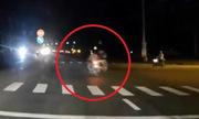 Xe máy vượt đèn đỏ bốc cháy sau khi tông văng 2 người