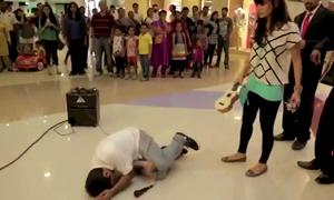 Chàng trai bị bạn gái đánh te tua vì cầu hôn lãng mạn