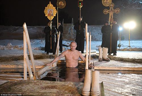 Tổng thống Putin cử hành nghi lễ tắmHồ Seliger, cách thủ đô Moscow khoảng 5 giờ lái xe về phía tây bắc.