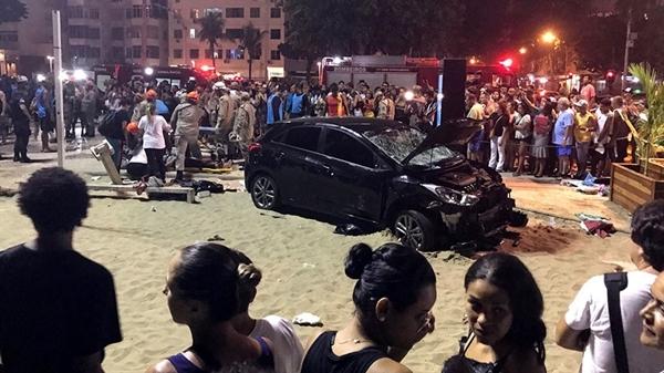 Phương tiện đâm hàng loạt người đi bộ ở Rio de Janeiro, Brazil, tối 18/1. Ảnh: Reuters.